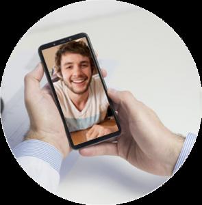 médico em uma chamada de vídeo no telemóvel