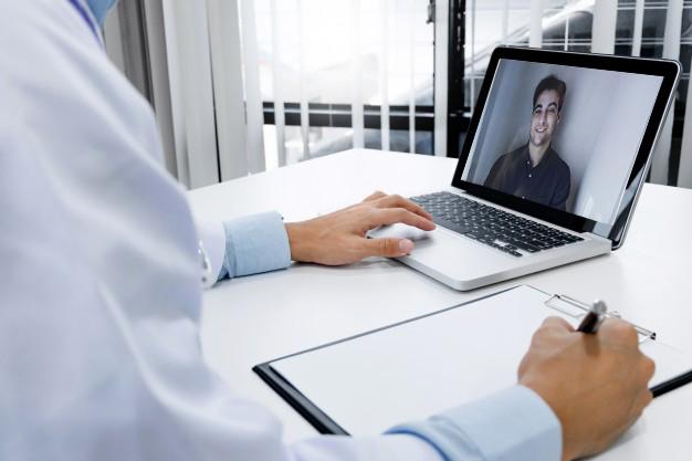 médico homeopata no computador