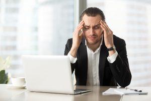 executivo sofrendo de ansiedade, stresse e dores de cabeça