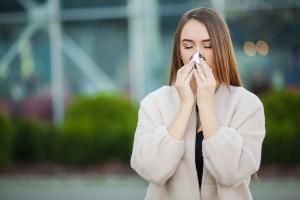mulher alérgica a soar o nariz